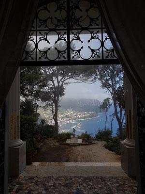 Blick vom Eingang auf eine Statue eines Knaben und die Marina Grande