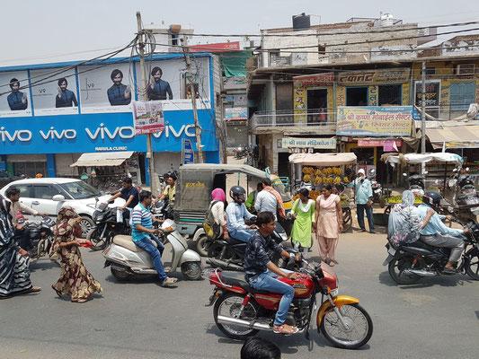 Straßenverkehr in den kleinen Orten
