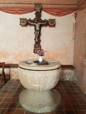 """Triumphkreuz mit gemalten Evangelistensymbolen (um 1500) und Taufbecken, in Teilen Norddeutschlands auch Fünte (von lat. fons """"Quelle, Brunnen"""") genannt, Kalkstein, vom Ende des 13. Jh."""