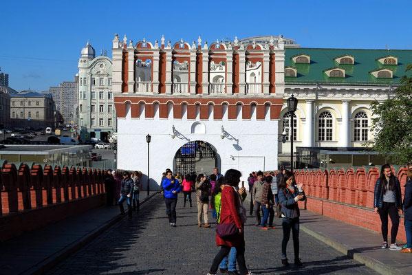 Zugang zum Kreml über die Troitsky-Brücke mit dem Kutafja-Turm