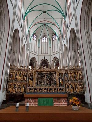 Das Lotse-Retabel, gotischer Flügelaltar: zentrales Sandsteinrelief mit Kreuzigung