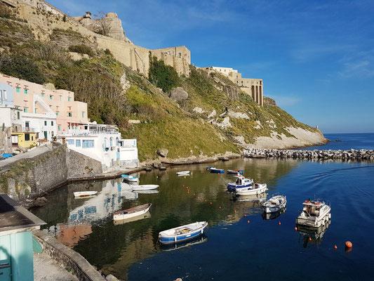 Blick von unserer Terrasse der Ferienwohnungen Sirene e Kallos auf den östlichen Teil der Marina di Corricella