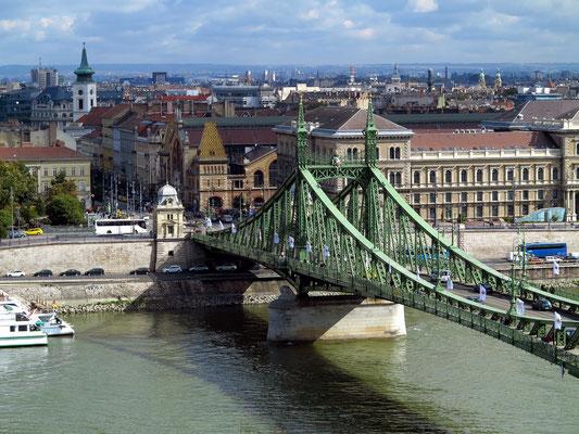 Blick vom Hang des Gellértberges auf die Szabadság-Brücke und die Große Markthalle