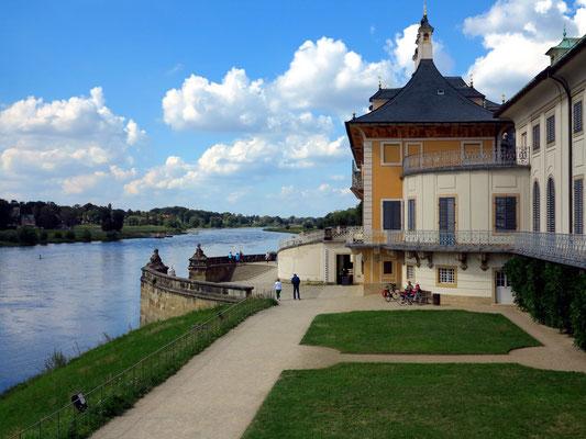 Seitenansicht des Wasserpalais und Blick auf die Elbe flussabwärts