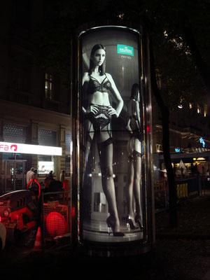Palmers, ein Kultlabel aus Österreich. Beleuchtete Werbung einer Litfaßsäule (beleuchteter und sich drehender Werbeträger)
