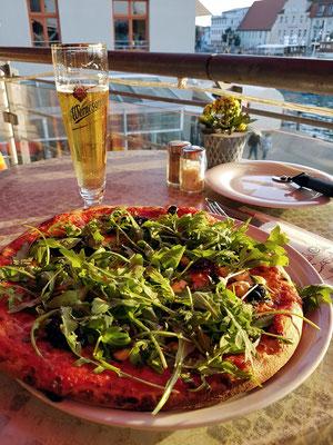 Mediterranes Restaurant Casa Mia. Vegetarische Pizza mit Rucola, dazu Wernesgrüner Pils Legende