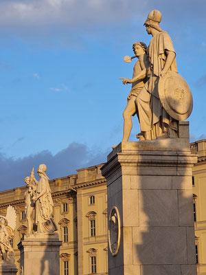 Figurengruppen auf der Schlossbrücke, dahinter Humboldt Forum (Historisches Residenzschloss)