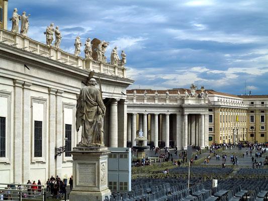 Petersplatz, Blick vom Eingang des Petersdoms auf die nördlichen Kolonnaden