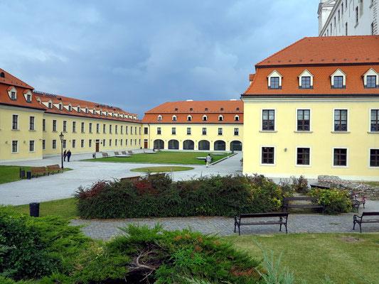 Burg Bratislava, Gebäude auf der Westterrasse