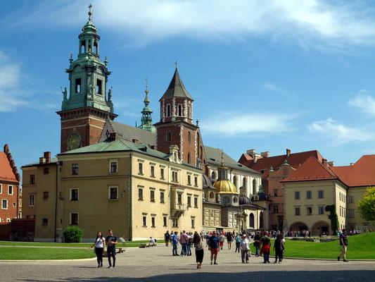 Blick in den Innenhof des Wawel mit der Wawel-Kathedrale (links)