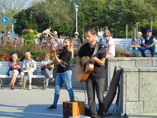 Fusion-Duet (Joanna Jusianiec und Daniel Wróbel aus Polen auf Youtube) - Straßenmusiker auf dem Vorplatz Seebrücke Kühlungsborn