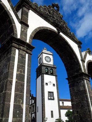 Blick durch das Stadttor zum Kirchturm der Igreja Matriz de São Sebastião