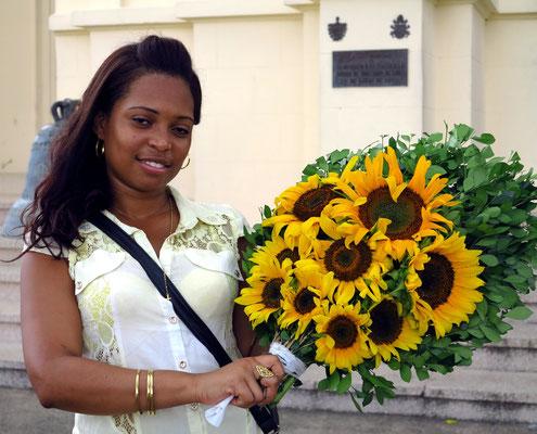 Blumengaben für die Virgen de la Caridad del Cobre