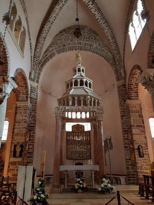 Sankt-Tryphon-Kathedrale mit Ziborium (Altaraufbau) und Silberaltar der Kotoraner Silberwerkstätten, ca. 13. Jh.