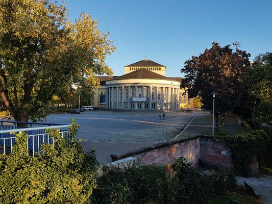 Blick von der Alten Brücke auf das Staatstheater Saarbrücken