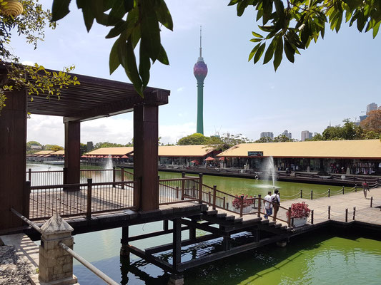 Pettah Floating Market, im Hintergrund der Colombo Lotus Tower (Tower communication service)