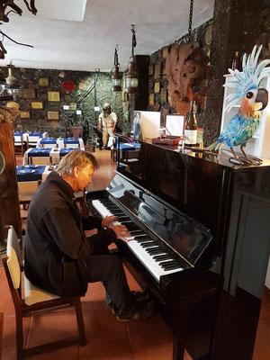 Ein Gast am Klavier des Hotels Punta Grande