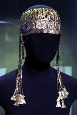 """Korb-Ohrringe und Diadem aus Gold, Zentralanatolien (Heinrich Schliemanns """"Schatz des Priamos"""" aus Troja, Beutekunst)"""