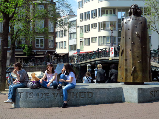 Spinoza Monument am Zwanenburgwal 15