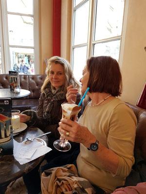 Kerstin Rother-Schäfer und Monika Schäfer im Eiscafé Elisenbrunnen am 24.3.2017