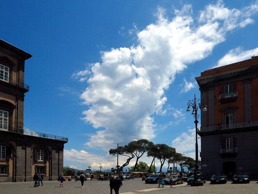 Auf der Piazza del Plebiscito mit Blick zum Hafen