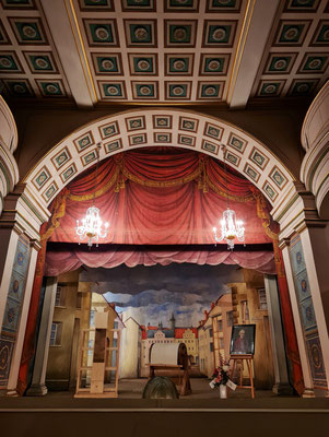 Bühne des Ekhof-Theaters im Ostturm des Schlosses. Das Theater besitzt die einzige vollständige erhaltene Bühnenmaschinerie (1685) des Barock (Kulissenbühne mit Schnellverwandlungsmaschinerie) .