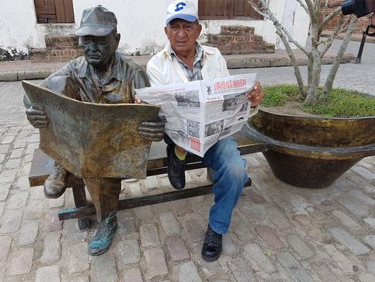 Camagüey, Skulptur mit Original auf der Plaza del Carmen