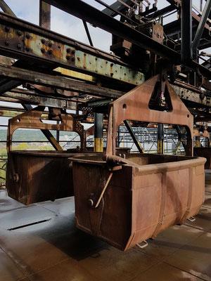 Hängebahnwagen liefen über die Gichtbühne in 27 Meter Höhe und befüllten sechs Hochöfen mit Rohstoffen.