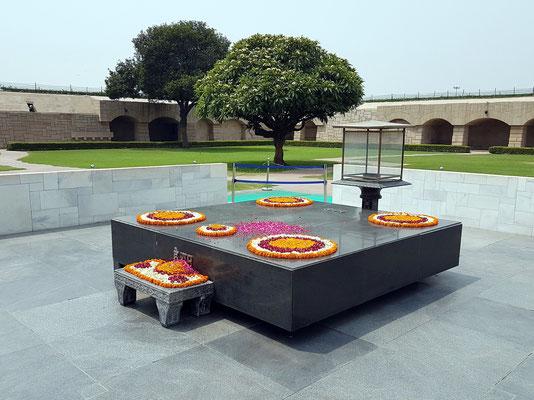 Gedenkstätte von Mahatma Gandhi, eine einfache Plattform aus schwarzem Marmor