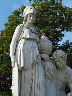 Das Denkmal zeigt Joachim Bernhard von Prittwitz und Gaffron und dessen Gattin, die als Mars und Minerva an der Urne Friedrichs II. trauern.