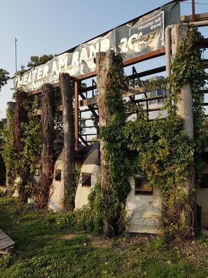 Sanitäre Einrichtungen. Die Trockentrenntoiletten sind aus alten Backsteinen gemauert und mit Betonkuppeln überdacht.