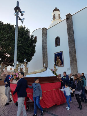 Der tote Gottessohn vor der Kirche