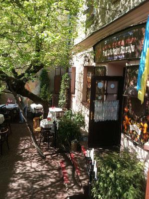 """Jüdisch speisen in der galizisch-jüdischen Kneipe """"Unter der Goldenen Rose"""" im einstigen jüdischen Viertel"""