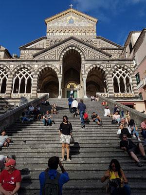 Stufen zur Kathedrale von Amalfi, mit Mosaik im Giebel