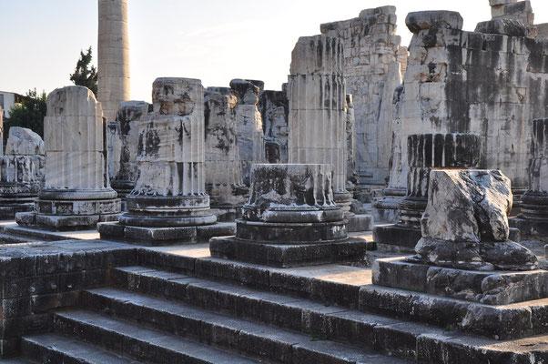 Apollon-Tempel, Baubeginn im 3. Jh. v. Chr., unvollendet. Freitreppe zur Vorhalle