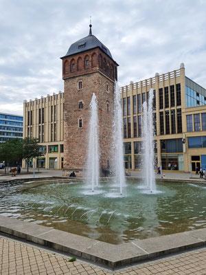 Historischer Roter Turm, dahinter die Fassade der gleichnamigen Galerie