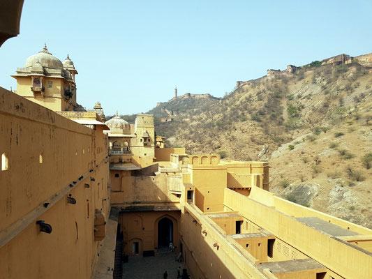Blick vom Amber-Fort auf die Befestigungsanlage