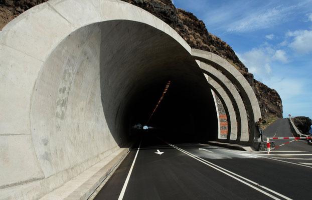 Der neue Tunnel mit Einbahnverkehr von 2007 verbindet den Ort Timijiraque mit dem Norden der Insel und ersetzt die durch Steinschlag gefährdete alte Straße zwischen Meer und Steilwand.