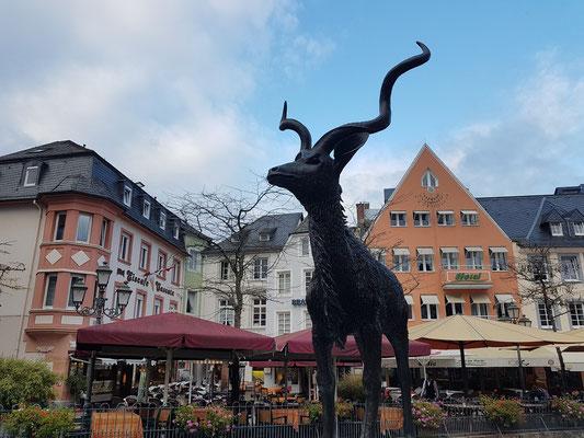 Ausstellung von Tierplastiken in Saarburg (bis Oktober 2017), im Hintergrund die Häuser Am Markt