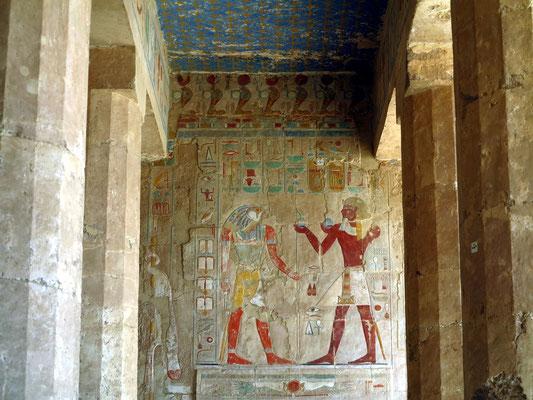 Sokar (links in Falkengestalt) und Thutmosis III. in der Anubis-Kapelle