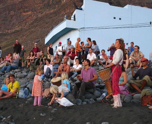 Trommeln bei Sonnenuntergang an der Playa de Valle Gran Rey