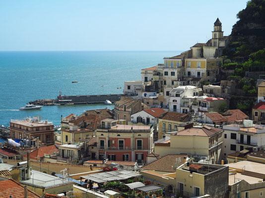 Blick vom Dach meines Hotels Casa MAO auf Amalfi und das Meer, Ausschnitt vom Hafen und von der Bebauung am westlichen Berghang