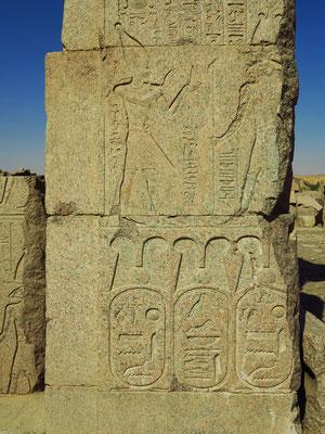 Elephantine, im Satis-Tempel: Der Pharao steht vor Gott Chnum, dem Gott von Elephantine