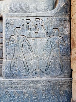 Relief an der Sitzfigur des Pharao - Nilgott Hapi, verantwortlich für die Nilflut, (doppelt dargestellt) bindet die Symbole der Vereinigung zusammen: Lotus (Oberägypten) und Papyrus (Unterägypten).
