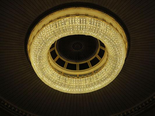 Zentraler Luster im Zuschauerraum, 3000 kg mit 1100 Glühbirnen