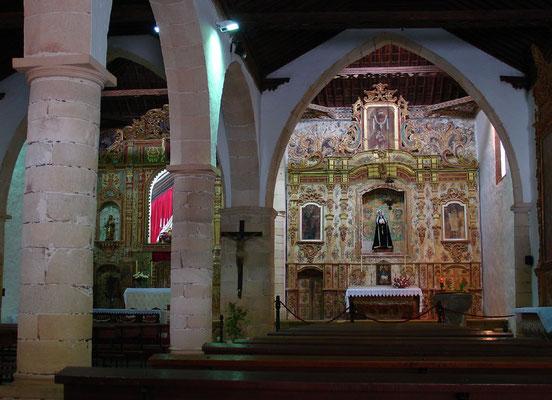 Pájara, Pfarrkirche Nuestra Señora de Regla (1687), zweischiffige Hallenkirche mit Holzdecke im Mudéjar-Stil und Barockaltären von 1785