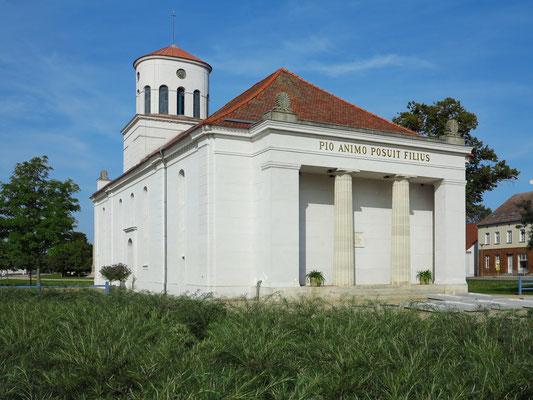 Schinkel-Kirche, 1802–1809 erbaut nach einem Plan von Karl Friedrich Schinkel im klassizistischen Stil