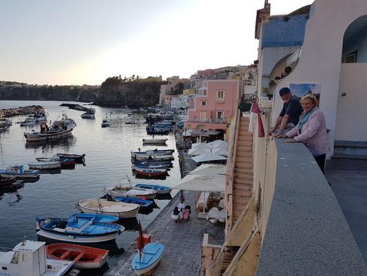 Procida, Marina di Corricalla. Blick auf die Terrasse unserer beiden Ferienwohnungen Sirene e Kallos