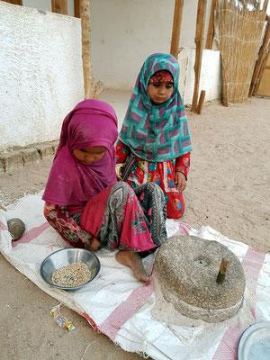 Bei den Beduinen in der Arabischen Wüste, Getreide mahlen mit der Steinmühle