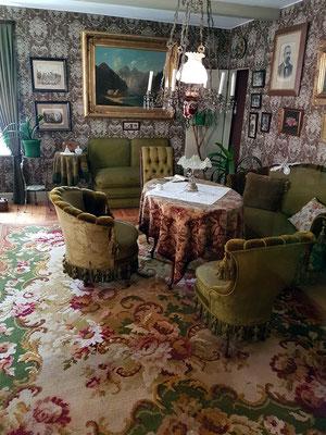 Gründerzeitliches Wohnzimmer, 1890-1900, eine Fülle an Möbeln, Bildern, Nippes und Zimmerpflanzen